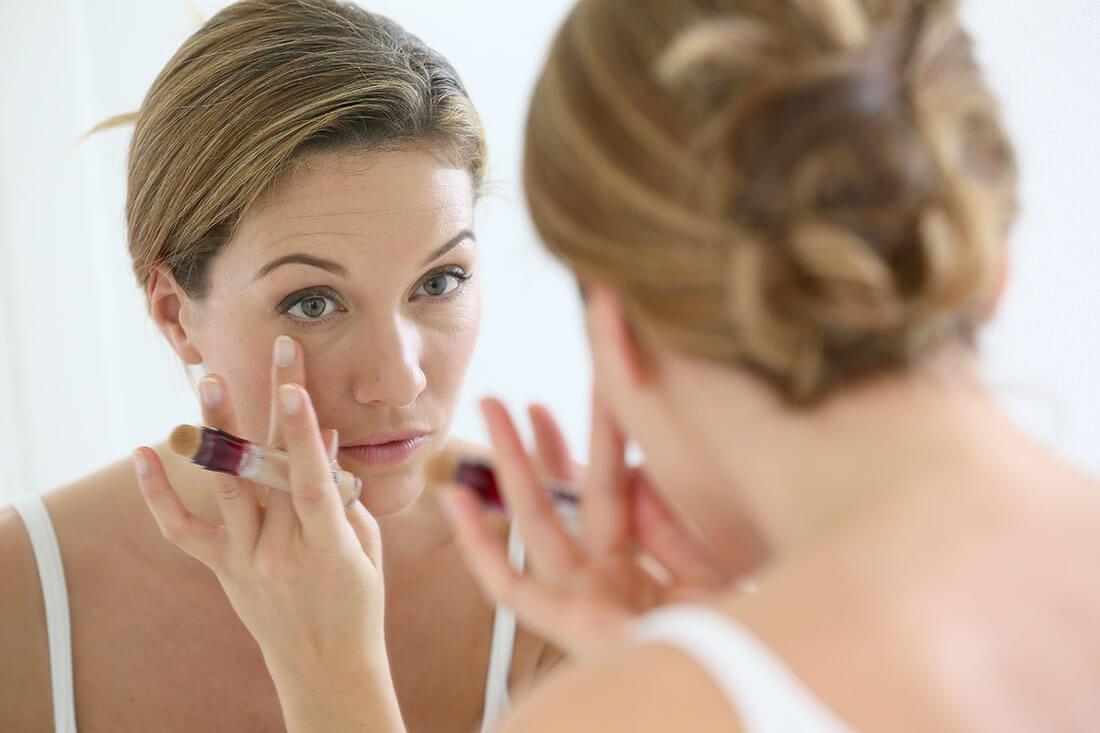 Kobieta zajmująca się pielęgnacją skóry wokół oczu