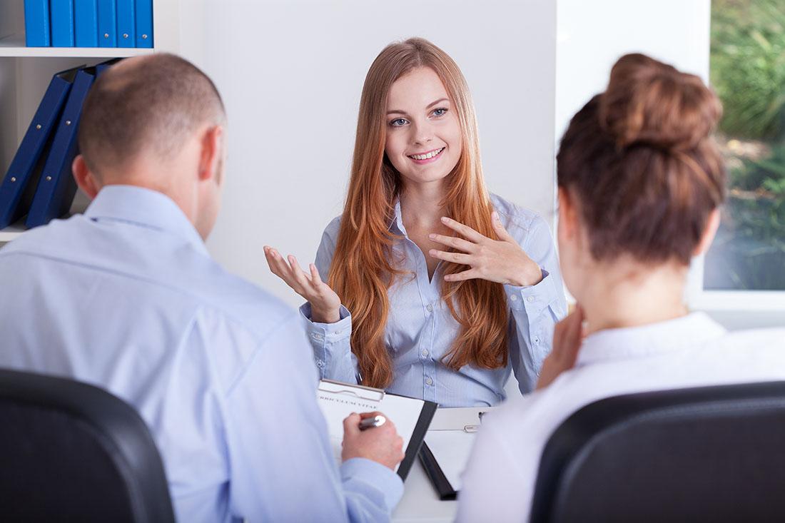 Dziewczyna podczas rozmowy kwalifikacyjnej